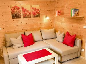 Schicke Couch in bayrischem Zimmer